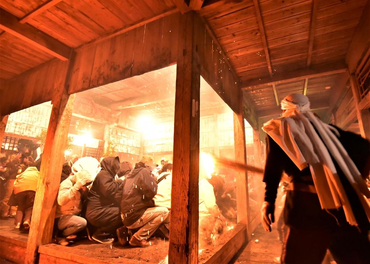 天念寺の修正鬼会 テイレシ(介錯;かいしゃく)による火の舞い 観客に火の粉が降りそそぐ