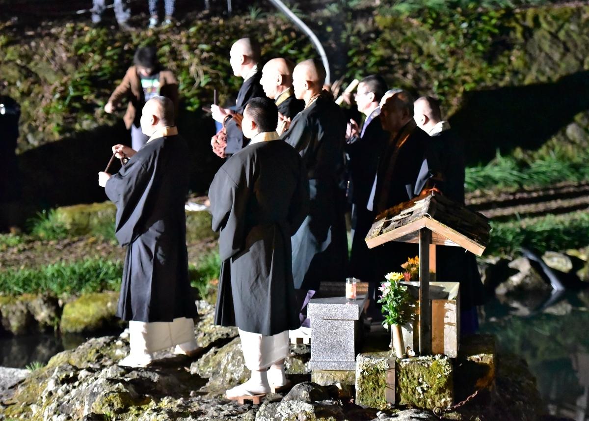天念寺の修正鬼会 僧侶たちの読経が19時にはじまる
