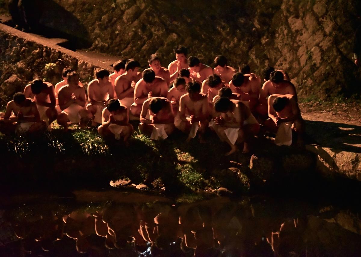 天念寺の修正鬼会 長岩屋川の前で合掌するテイレシたち