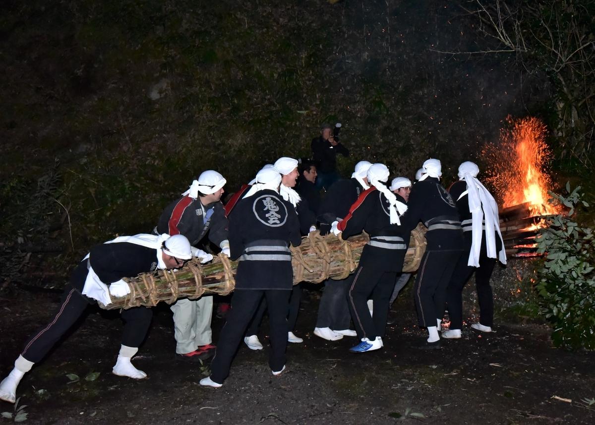 運ぶ前 火先を整えるために山の斜面へオオダイの頭を数回打ちつける 天念寺の修正鬼会