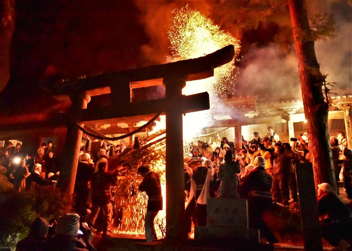 オオダイの頭が権現社前でぶつけられ火の粉が舞い上がる 天念寺の修正鬼会