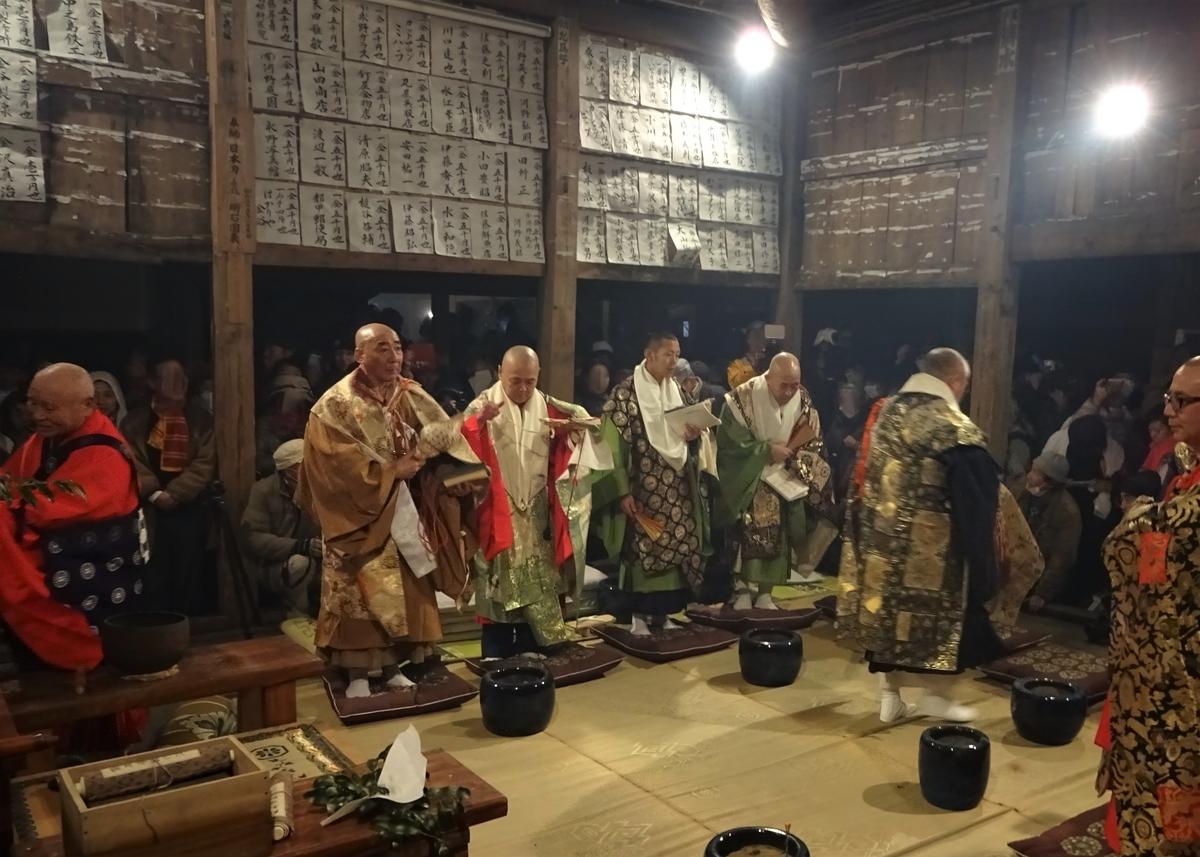 まだ煙が充満している講堂内に僧侶が入ってこられました 天念寺の修正鬼会