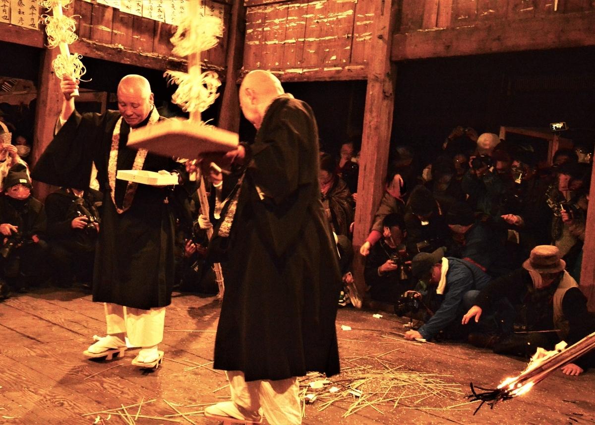 米華 白米など膳の中身をうしろへ撒いた 天念寺の修正鬼会