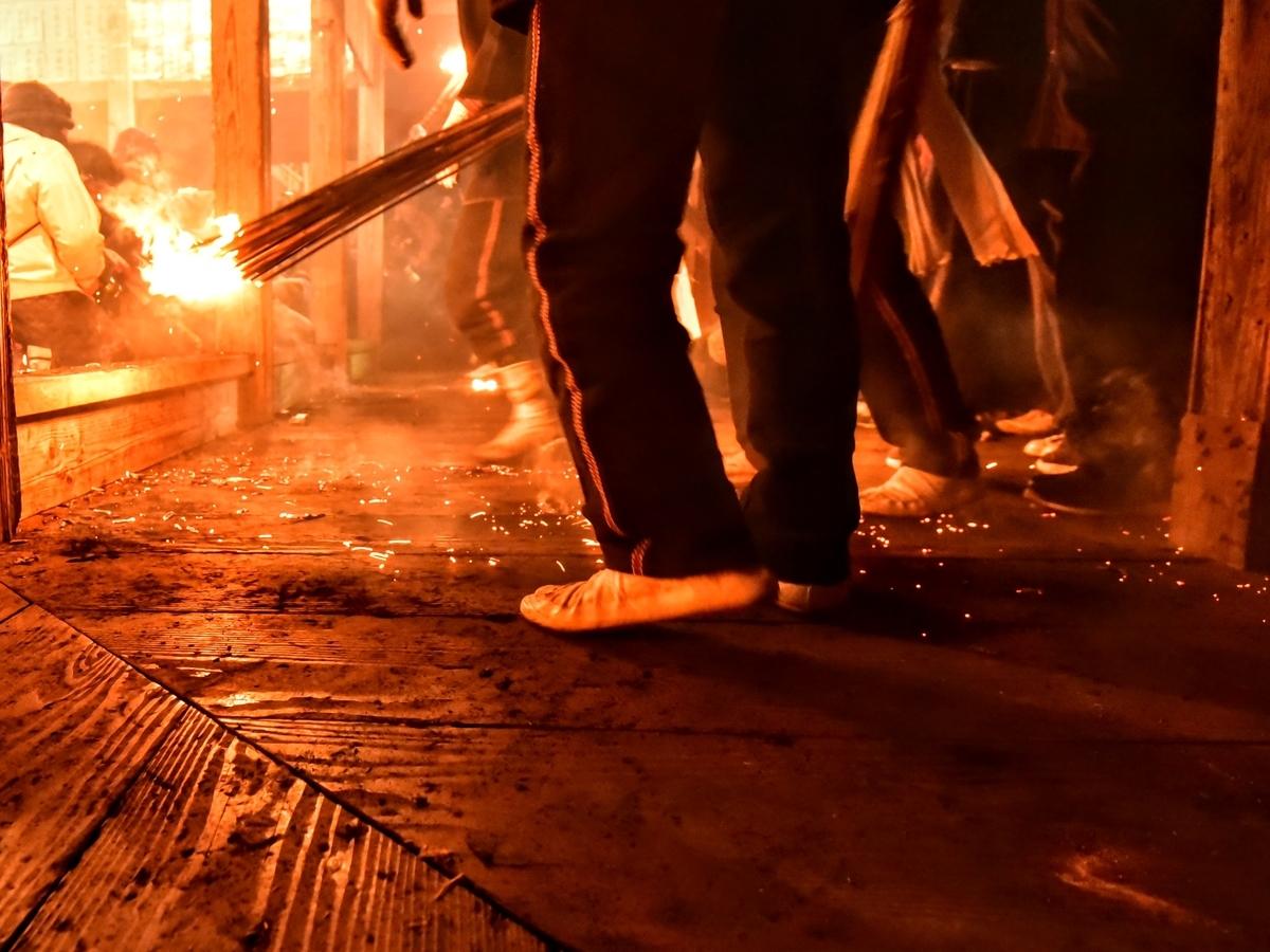 天念寺の修正鬼会 飛び散る火の粉