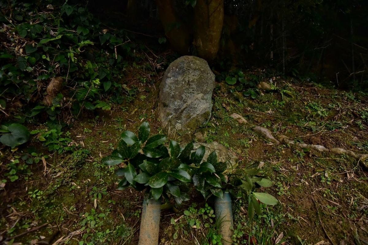 庚申塔の前に榊がそなえられている 福岡県古賀市米多比の庚申塔