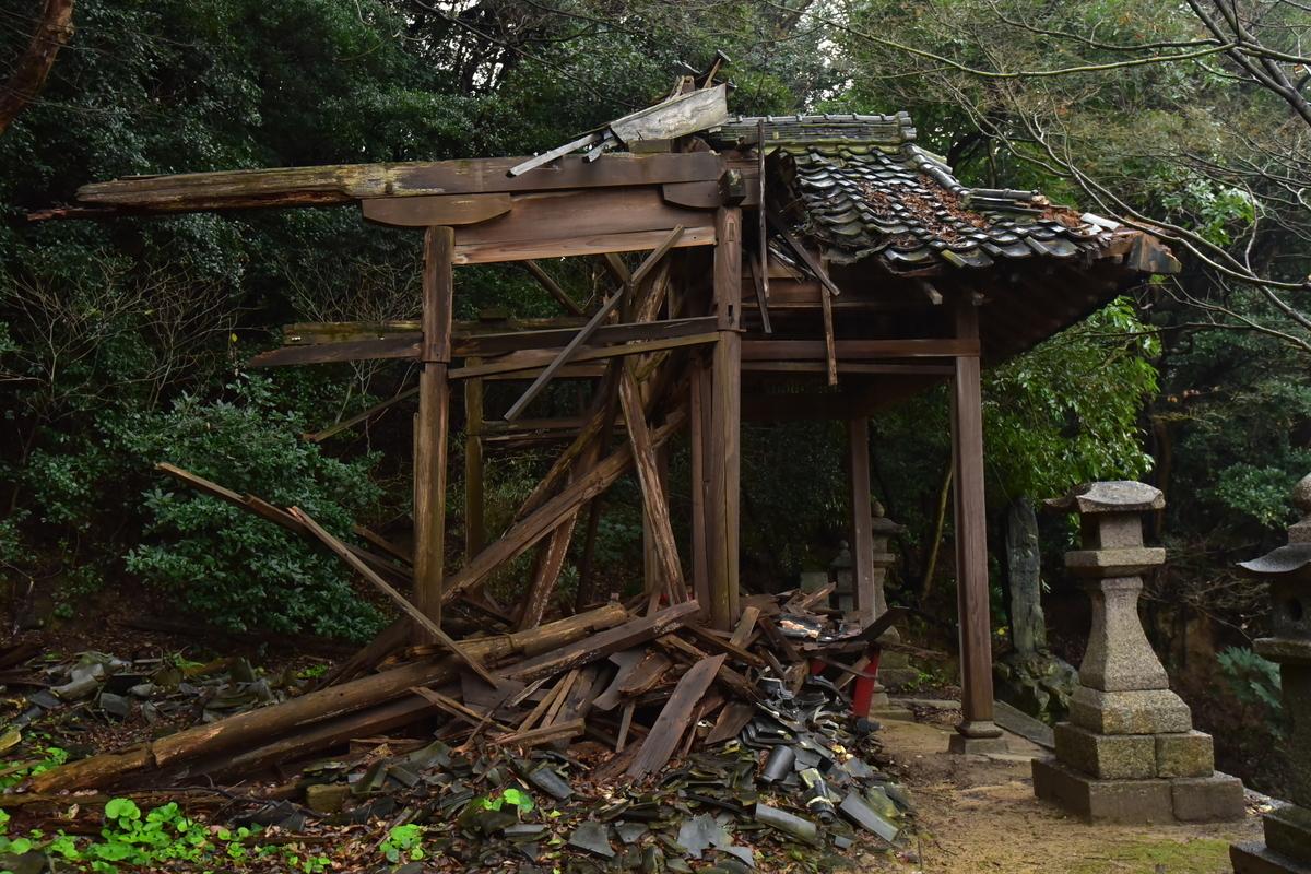 崩壊した春日神社の拝殿 福岡県北九州市門司区田野浦