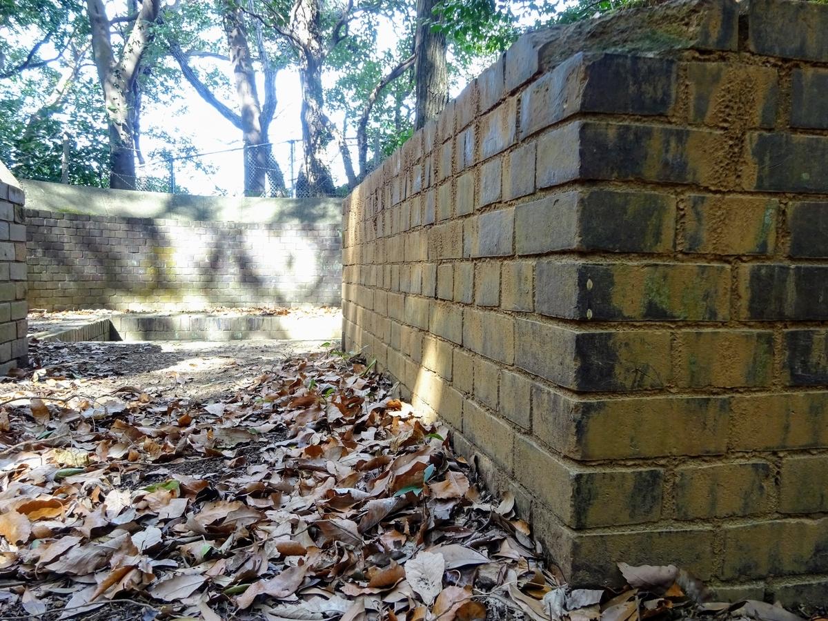 手向山にある探照灯台跡 福岡県北九州市小倉北区 台座周囲の壁は赤レンガでできている