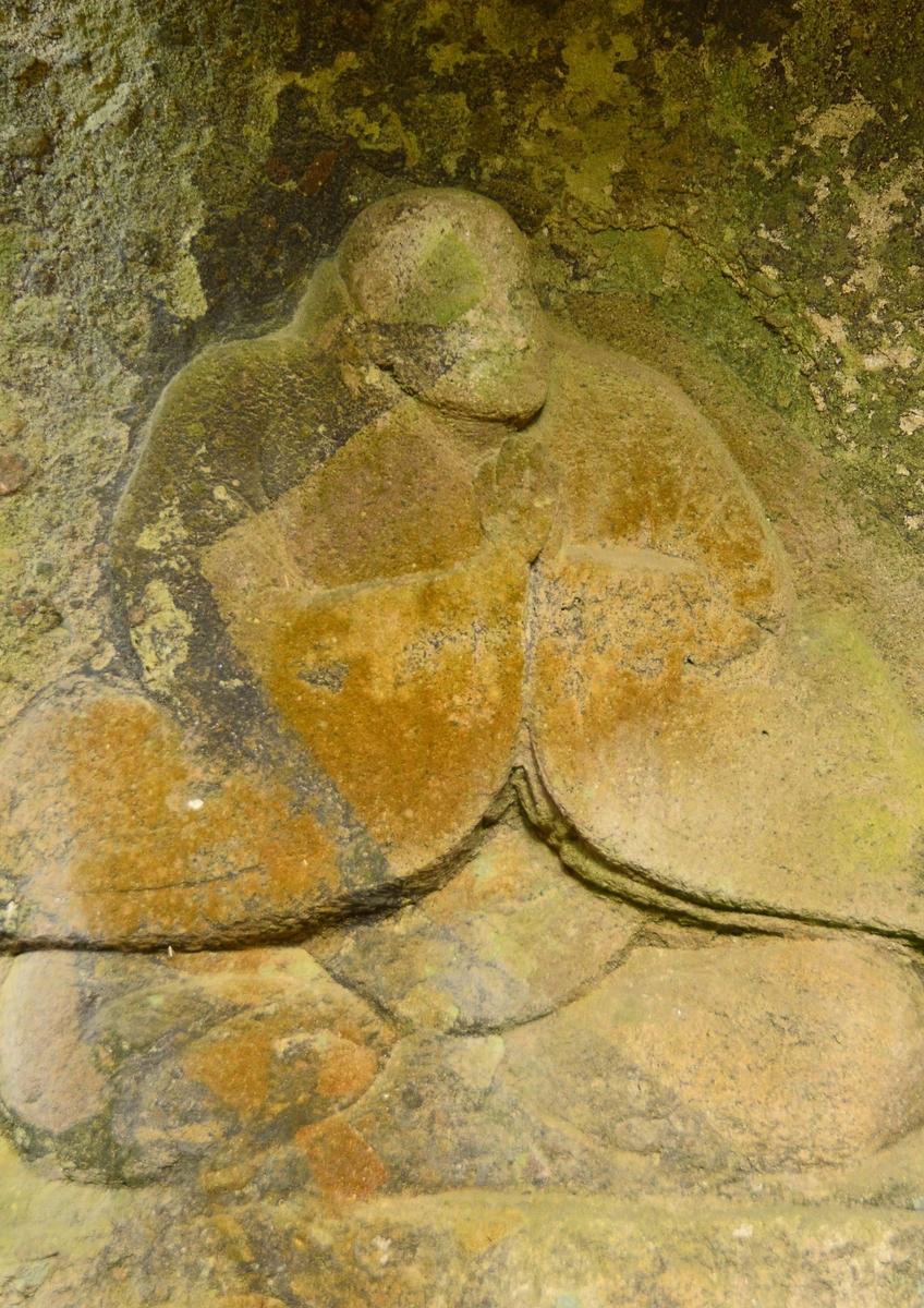 梅の木磨崖地蔵尊 比丘像