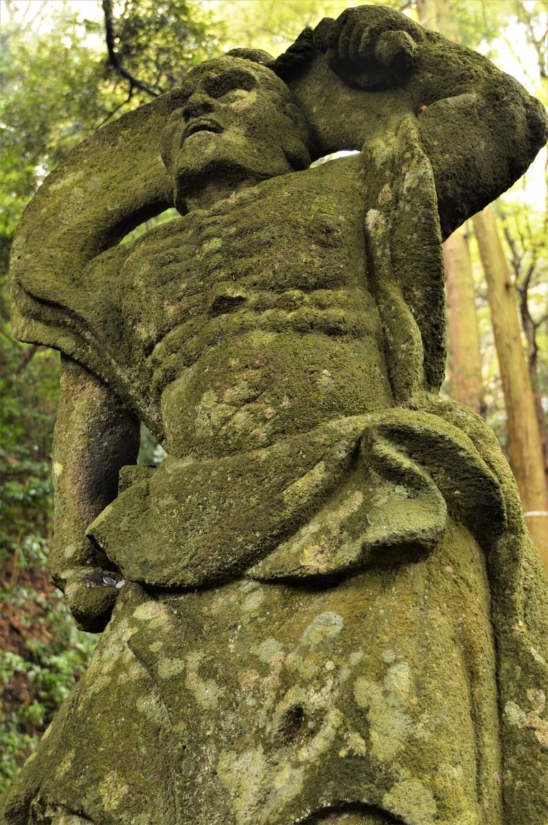 文殊仙寺参道に祀られる仁王像