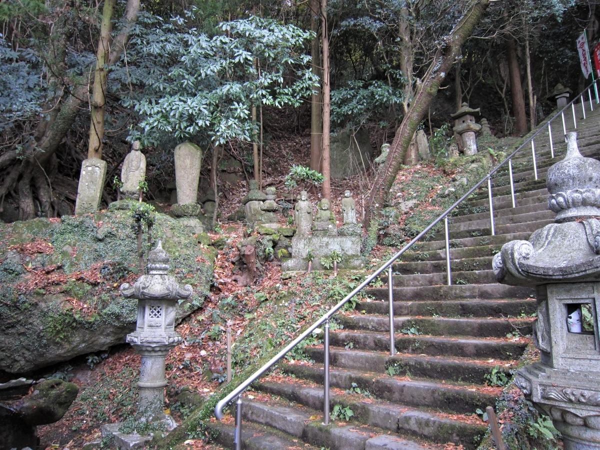 文殊仙寺本堂までつづく石段わきには寄進された石造物がならべられる