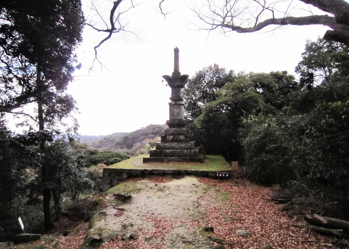 文殊仙寺境内の宝篋印塔からは豊後水道を眺められる