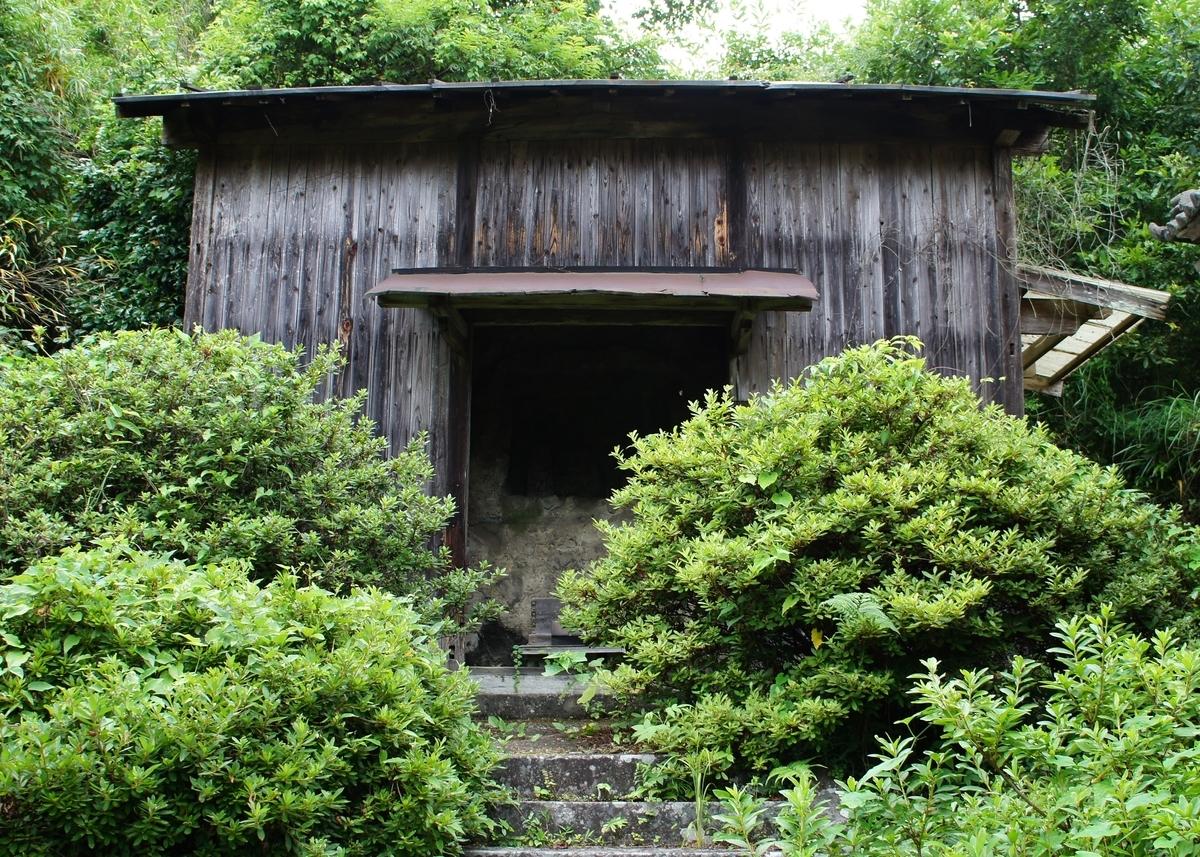 福寿寺磨崖国東塔がある薬師堂