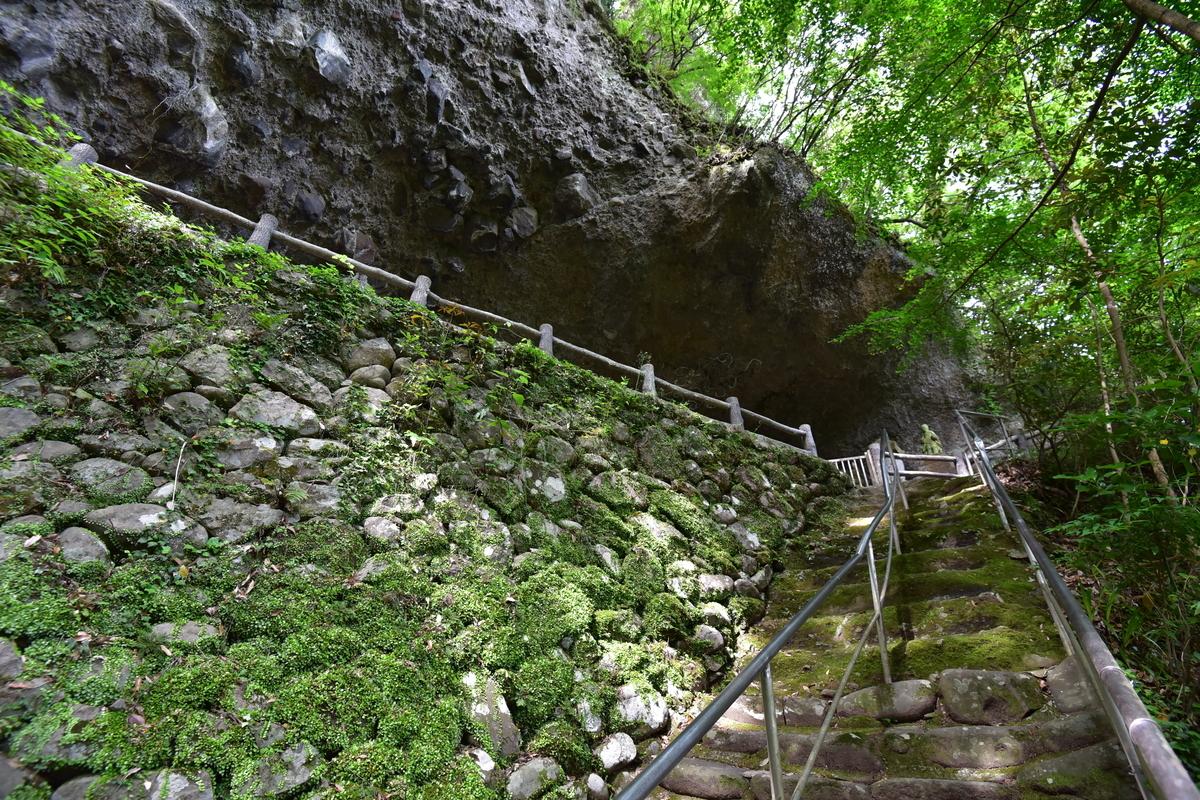 岩洞窟へとのびる石段 福岡県豊前市大字岩屋