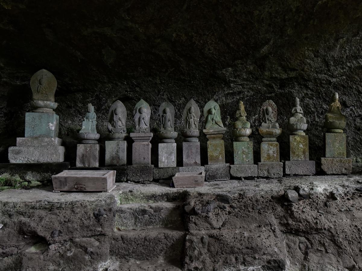 岩洞窟 江戸期の11体の石仏 福岡県豊前市大字岩屋