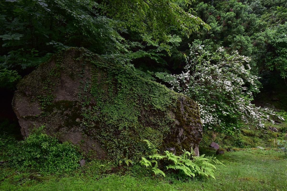 英彦山の高住神社ちかくにあると巨石