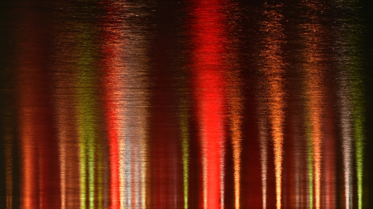 若戸大橋の光が水面に反射する