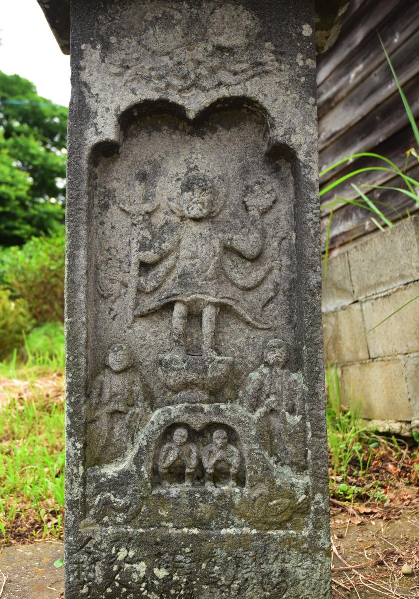 稲荷神社境内に祀られる庚申塔