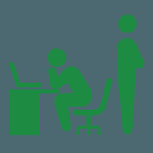 パソコンをする人と講師