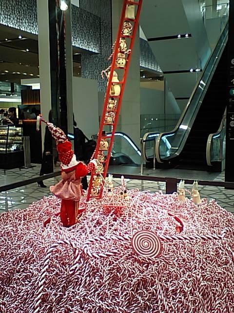 大丸東京店のエントランスにあった飾り サンタや雪ダルマがいます