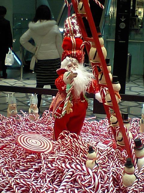 大丸東京店のエントランスにあった飾り サンタの飾りです