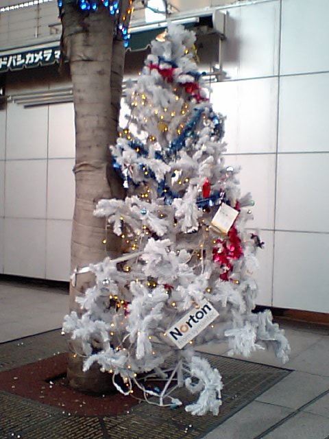 ヨドバシAkibaに飾ってあった、Nortonのツリー(!?)