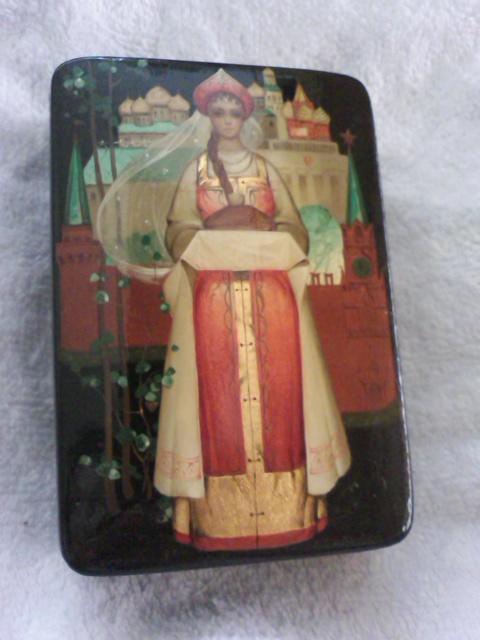 母親から貰った木のケース。モスクワのクレムリンが描かれているのか