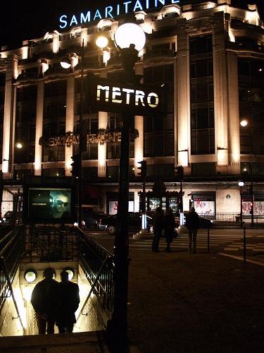 パリ市内。メトロのポンヌフ駅から、サマリテーヌを見る