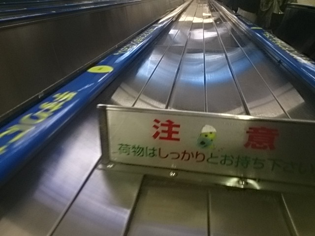 東京駅 エスカレーターで首なしふなっしー発見