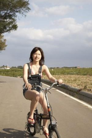 青空の下で楽しそうに自転車にのる神崎詩織