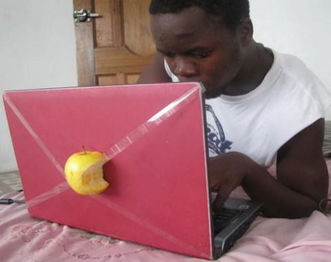 手作りMacをタイプする男性