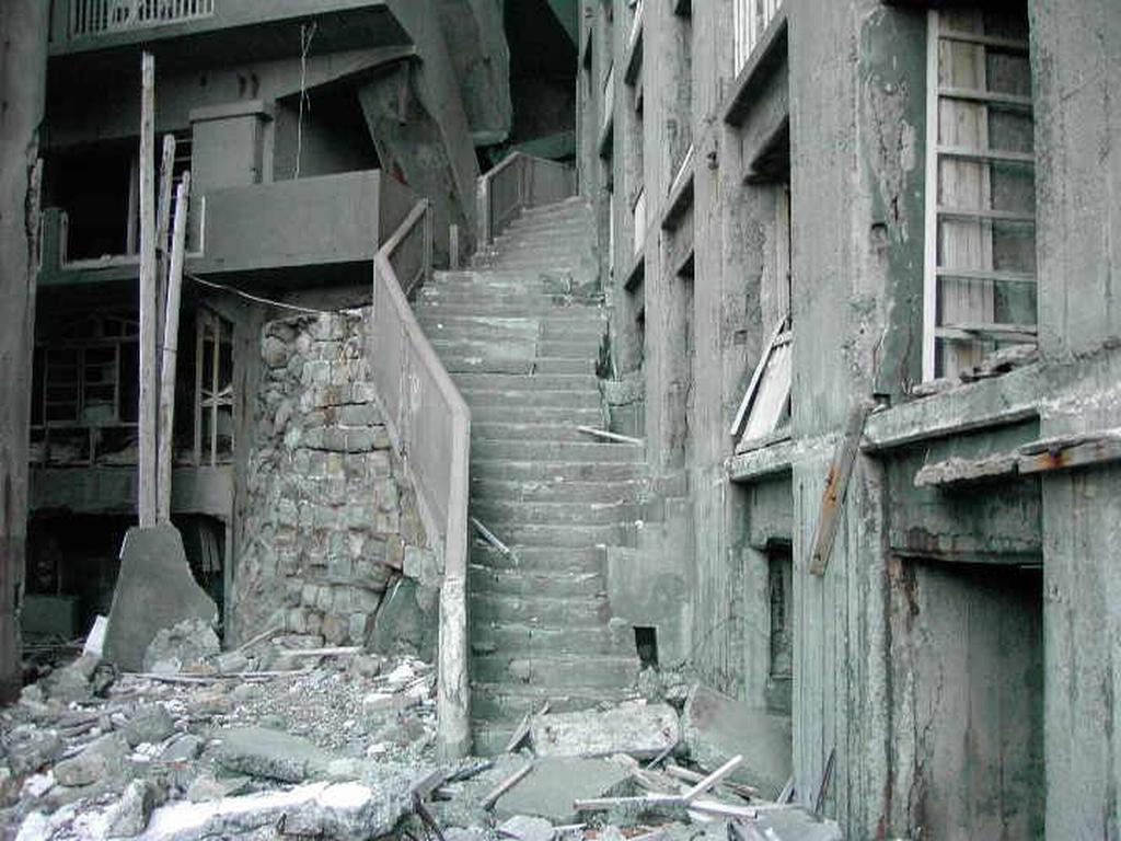 軍艦島の廃墟階段