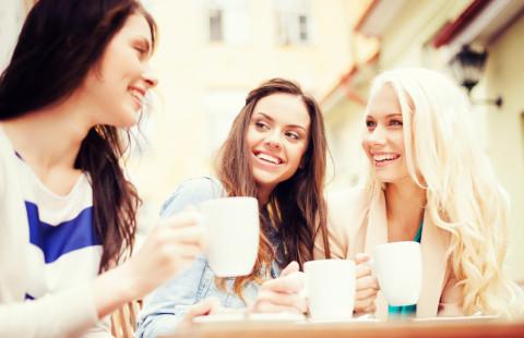 話し合う3人の女声