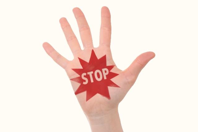 STOPと書かれた手のひら