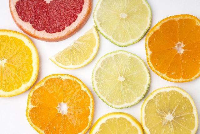 輪切りの様々な柑橘類