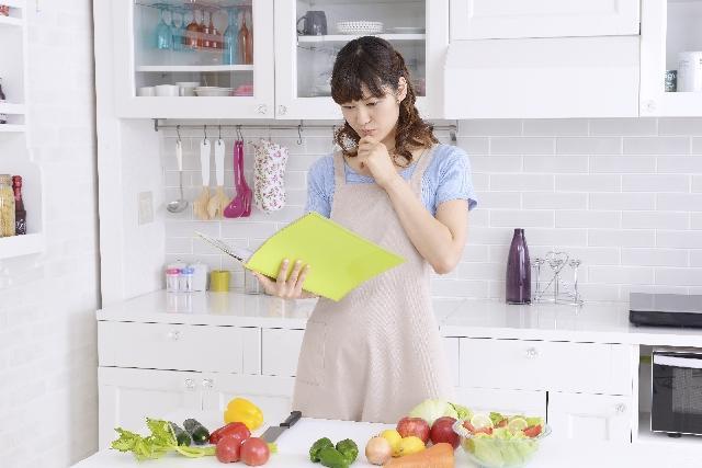 キッチンでレシピを考える女性