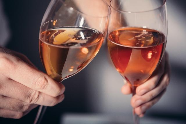 カクテルで乾杯する2つのグラス