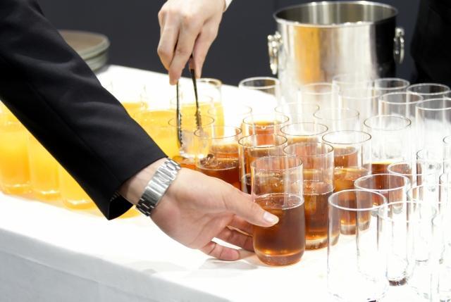 宴会でグラスに注がれたたくさんの烏龍茶