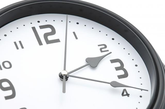 2時19分を指す時計