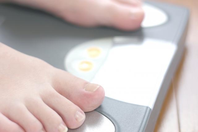 体重計の乗る足