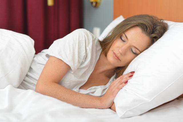 横向きに寝ている女性