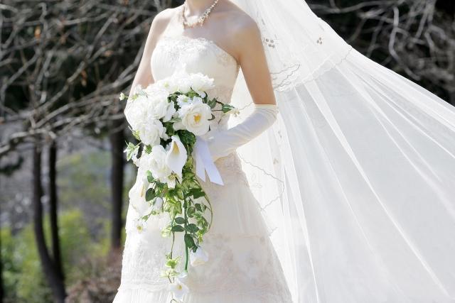 ウェディングドレスを着て立つ女性