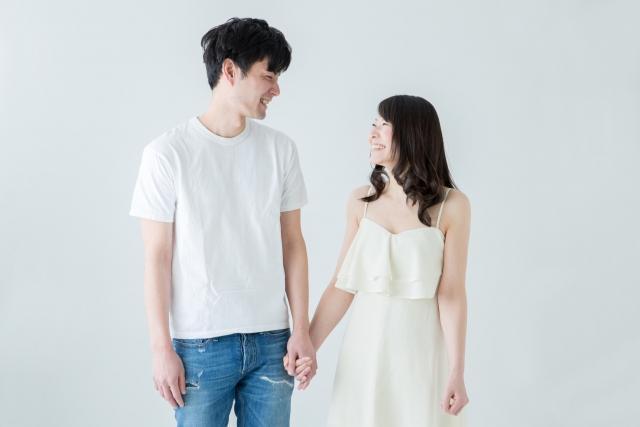 笑顔で手をつなぐカップル