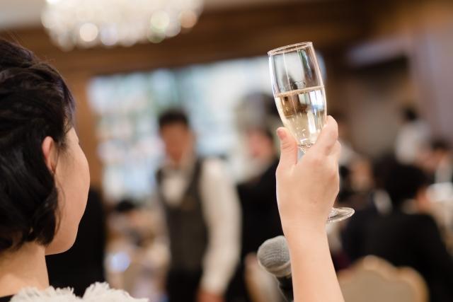 乾杯の音頭をとる女性