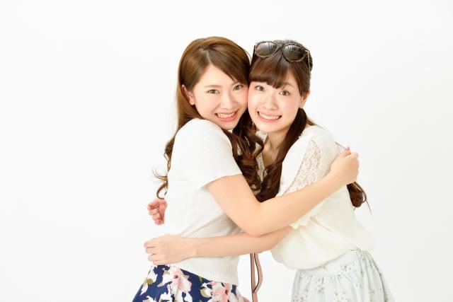 抱き合う二人の女性