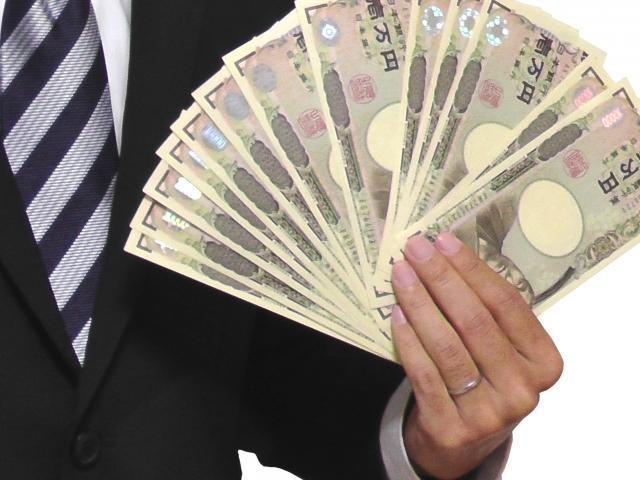 13万円を持つ男性