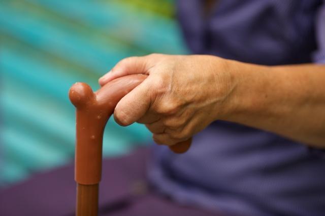 杖を持つ高齢者の手