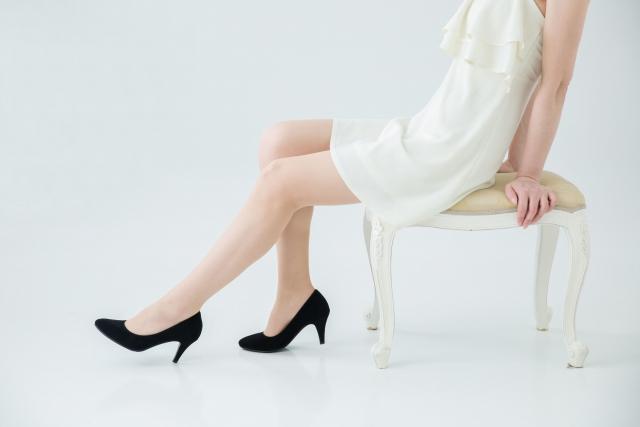 白いドレスで座る女性