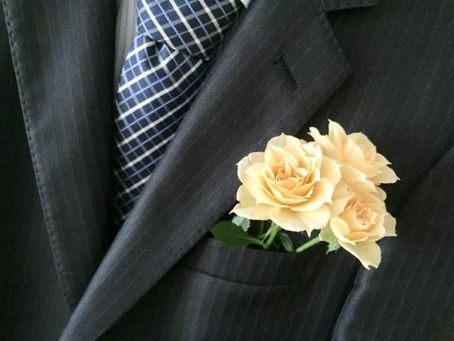 スーツにバラの花