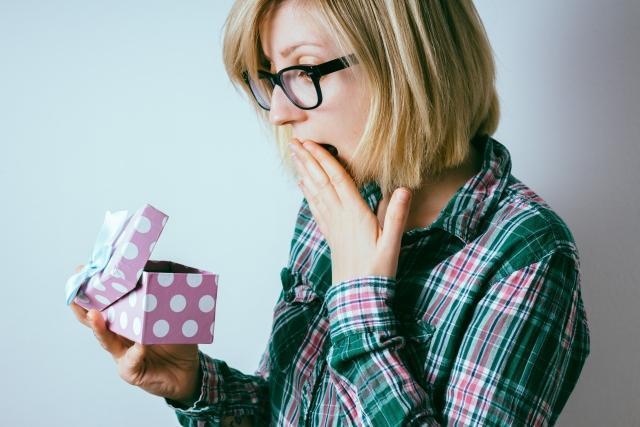 サプライズプレゼントに驚く女性