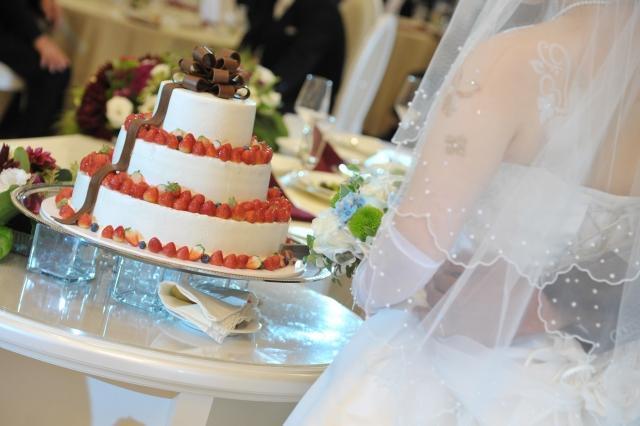 ウェディングケーキを前にする花嫁